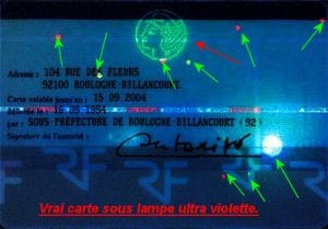 Carte d'identité sous lampe Ultra-Violette
